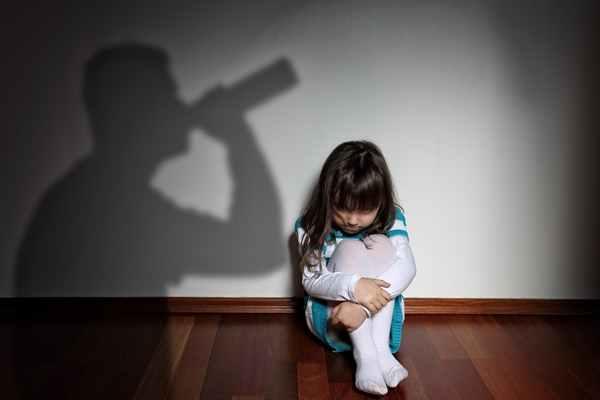 DDA – Dorosłe Dzieci Alkoholików. Kim są i jak przebiega ich terapia?